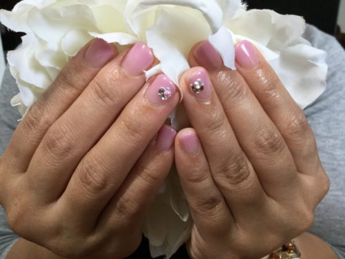 ピンクとワンポイントストーンで可愛く♡