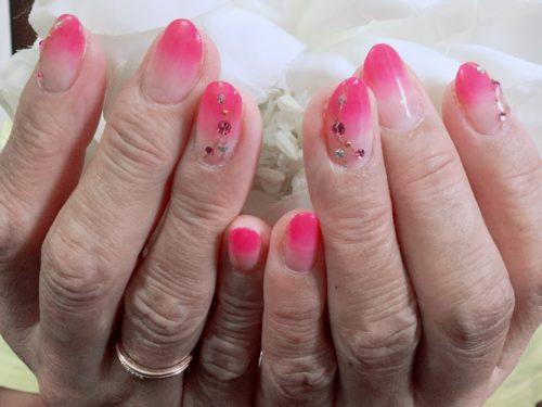 鮮やかなピンクネイル